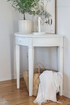 Small Hallway Decorating, Small Hallways, French Country House, Interior Design Kitchen, Small Spaces, Entryway Tables, Shabby Chic, New Homes, House Design