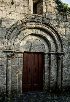 Portada románica de la iglesia de San Xulián. Bardaos. Lugo. Old Doors, Windows And Doors, Romanesque Art, Church Architecture, Portal, Wooden Doors, Romans, Cathedral, Spain
