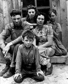 Portrait of Dust Bowl farmer John Barnett and his family. Oklahoma, Alfred Eisenstaedt (so much personality and grit on each face, tough life. Oklahoma Dust Bowl, Old Pictures, Old Photos, Time Pictures, Antique Photos, Grapes Of Wrath, True Grit, Ohana, 1920s