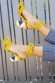 Gelbe Fersen Yellow heels running in the sunshine. The best shoe Cute Shoes, Me Too Shoes, Shoes Uk, Pretty Shoes, Vans Shoes, Yellow Heels, Yellow Shoes Outfit, Yellow Sandals, Yellow Outfits