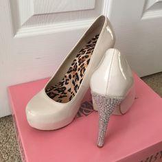 Nude, sparkle heels. Nude, sparkle shoedazzle heel. Size 6. Shoe Dazzle Shoes Heels