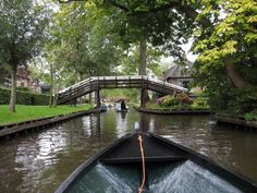 This Village In Giethoorn, Netherlands Has No Roads! Places To Travel, Places To See, Travel Around The World, Around The Worlds, Lake Dock, Amsterdam Holland, Old Houses, Cool Pictures, Beautiful Places