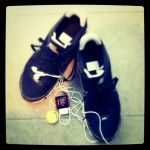 Mis zapatillas y mi iPod son mis mejores acompañantes durante mis carreras. Con mi iPod me voy informando del tiempo, la distancia, la velocidad y las calorías quemadas, y me ofrece comentarios tanto cuando alcanzó la mitad del entrenamiento, como en el tramo final de mi objetivo. Pero sobre todo, me ayuda a llevar el ritmo con mi música preferida, especialmente con esa canción que me pongo al final del trayecto: con mi PowerSong. PowerSong es un concepto universal. En simples términos…