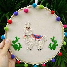 Tem lhama mais fofa?! 💚💛💜💙 ⠀⠀⠀⠀⠀ ⠀⠀⠀⠀⠀ #bordado #bordadoembastidor #abordobordados #bordadolivre #lhama #quadrinhodecorativo #presentecriativo #decoracao #decora Modern Embroidery, Embroidery Hoop Art, Crewel Embroidery, Cross Stitch Embroidery, Embroidery Patterns, Macrame Wall Hanging Diy, Stitch Witchery, Embroidered Gifts, Hand Embroidery Tutorial