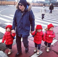 """Superman Returns"" Triplets Spotted Wearing Hats Gifted by Yano Shiho Cute Kids, Cute Babies, Triplet Babies, Superman Kids, Man Se, Song Daehan, Song Triplets, Korean Variety Shows, Wooly Hats"