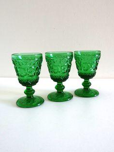 Coupes ou verres à pied anciens en verre moulé décoré vert
