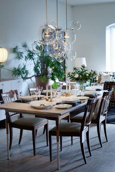 Lamporna ovanför bordet