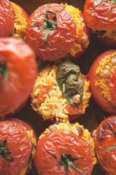 Z czym kojarzą się wam rodzynki i cynamon? Pewnie z szarlotką, drożdżówkami albo kruchym plackiem – tymczasem w południowych Włoszech wszyscy wiedzą, że ten duet najlepiej smakuje z... dojrzałymi pomidorami.  Pomidory można faszerowa�[...]