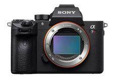 Alors que le Salon de la Photo ouvrira ses portes à Paris dans 15 jours, plusieurs nouveaux matériels comme logiciel sont présentés ces derniers jours. Aujourd'hui, nous découvrons en premier lieu un nouveau boitier hybride et un objectif chez Sony. Le Sony A7R III présente une belle mise à jour par rapport à son prédécesseur …