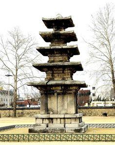 국보 제9호 부여 정림사지 오층석탑 (扶餘 定林寺址 五層石塔) 백제시대 충남 부여군 부여읍 동남리 254 부여 정림사터에 세워져 있는 석탑으로, 좁고 낮은 1단의 기단(基壇)위에 5층의 탑신(塔身)을 세운