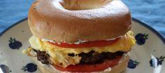 Le bagel au Philadelphia, steak haché, œuf brouillé et cheddar