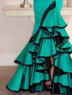 Traje de flamenca en tonos verde agua marina. Flamenco Costume, Costume Dress, Spanish Dress, Belly Dance Skirt, Africa Dress, Evening Dresses, Formal Dresses, African Print Fashion, Cool Costumes