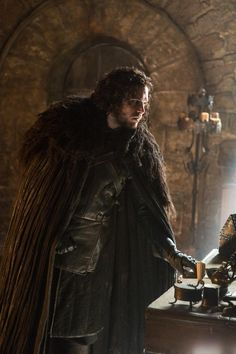 Photos - Game of Thrones - Season 5 - Promotional Episode Photos - Misc - Kit Harington as Jon Snow _photo Helen Sloan_HBO John Snow, Kit Harington, Game Of Thrones Saison, Game Of Thrones Tv, George Rr Martin, Winter Is Here, Winter Is Coming, Jon Snow Parents, Jon Schnee