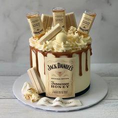 Birthday Drip Cake, Birthday Cake For Him, Happy Birthday, Festa Jack Daniels, Jack Daniels Cake, Elegant Birthday Cakes, Beautiful Birthday Cakes, Liquor Bottle Cake, Hennessy Cake