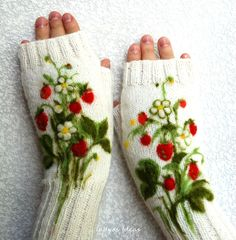 White fingerless gloves with felted strawberries Vingerloze wanten met aardbeienmotief Fingerless Mittens, Knit Mittens, Knitted Gloves, Hand Knitting, Knitting Patterns, Crochet Patterns, Wrist Warmers, Hand Warmers, Knitting Projects