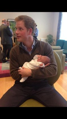 """British Royal Photos — """"Prince Harry holding my little niece """" This photo. Prince Harry Of Wales, Prince William And Harry, Prince Harry And Megan, Prince Henry, Prince Charles, Lady Diana, Meghan Markle, English Royal Family, British Royal Families"""