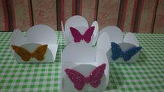 Forminha para doces branca com aplique de borboleta em Eva com glitter nas cores rosa , pink ,azul ou dourada.