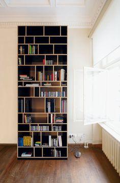 Axel Kufus ontwierp de Egal kast van Moormann. Deel de horizontale en verticale planken naar wens in. Zo creëer je vakken met de juiste grootte voor boeken, dvd's of andere voorwerpen. De Egal heeft door de verschillende vakken een speelse uitstraling. Bestel via www.houtmerk.nl