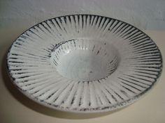 KÄHLER (Herman A. Kähler) dish by SVEND HAMMERSHØI. D: 17 cm from 1930s. Signed HAK. #kahler #ceramics #pottery #hak #svend #hammershoei #dish #dansk #keramik #danish. From www.klitgaarden.net. SOLGT/SOLD.