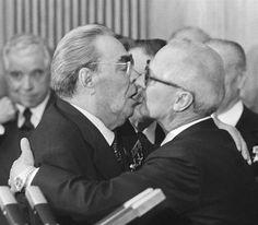 """Jak oni całują! Miłość polityczna wczoraj i dziś. """"Polityka to bezwzględna gra twardych facetów? Z pewnością, ale nawet najbardziej bezwzględni przywódcy pozwalali sobie czasem na chwilę słabości, szczególnie przy okazji oficjalnych wizyt, kiedy przyjmowali lub żegnali oficjeli z bratnich państw. Do historii politycznego popartu wszedł np. gorący uścisk Leonida Breżniewa z Erichem Honeckerem."""""""