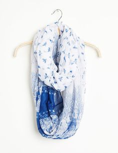 Tour de cou fin femme, blanc et bleu, imprimé fantaisie et oiseau.