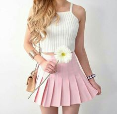 Saia rosa claro, blusinha branca