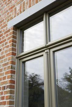 Wilt u uw huis restaureren of uw nieuwbouw woning voorzien van stijlvolle ramen? Maas Jacobs biedt met de Autentica kozijnen een hoogwaardige en karakteristieke uitstraling, gecombineerd met de voordelen van kunststof. Deze exclusieve kozijnen hebben een authentieke afwerking en zijn perfect geschikt voor een herenwoning, rijtjeswoning of een woning in pastorijstijl.  Er is keuze uit vier elegante stijlen: • Baroc,  • Renaissance, • Romantic,  • Aboré,
