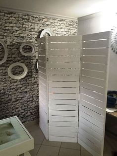 20 Pallet Ideas You Can DIY for Your Home chic white pallet room divider Room Divider Headboard, Metal Room Divider, Bamboo Room Divider, Living Room Divider, Room Divider Walls, Diy Room Divider, Room Divider Curtain, Fabric Room Dividers, Hanging Room Dividers