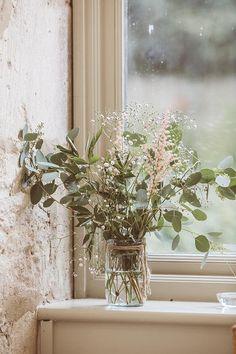 緑が豊かになる季節が、もうそこにまで近付いています。お部屋にだって草花を飾れば、素敵な空間に大変身。草花のある生活、してみませんか?今回は数ある草花の中でも、チューリップやバラのような華やかで派手なお花ではなく、ナチュラルなお部屋にぴったりな、少し地味だけどシンプルで可憐な草花たちをご紹介します。