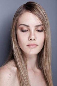 As sombras trabalhadas na cartela de cor do marrom são as mais versáteis para produzir maquiagens, pois se adaptam bem a qualquer tipo de pele e ocasião.