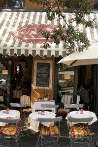 la petite (cosy, café, cafeteria, coffee shop, coffeehouse, atmosphere, style)