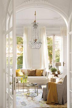 H8B0391b. Blanco salón con grandes ventanales y pequeños detalles en amarillo y dorado