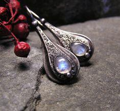 Měsíčnice... Náušnice jsou vyrobeny z kabošonů duhového měsíčního kamene a cínu. Jsou patinovány, leštěny a povrchově ošetřeny. Délka náušnice je 4 cm s háčkem. Zapínací háčky jsou ručně vyrobeny z nerezové oceli.