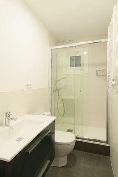 La #reforma de baño se equipó con un amplio lavabo, un inodoro y una ducha. Un espacio apto para el día día. #interiorismo #Barcelona