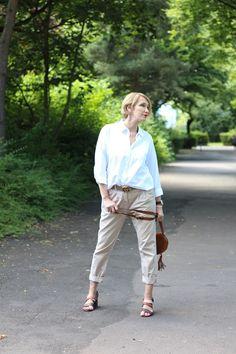 Chino Hose, Chinohose, klassische weiße Bluse, Sandalen Blockabsatz, Chloe Tasche, Bag, Gucci Gürtel,