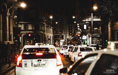"""Ayer noche salimos a tomar unas cañas de cumpleaños de una amiga. Más tarde de camino a tomar una copa, me veo esto… Una manada de taxis madrileños y la mayoría libres. Algo impensable hace unos cuantos años, cuando era literalmente """"imposible"""" pillar un taxi en Madrid por la noche. Cuestión de crisis, de que sale menos gente (eso es coña, había mogollón de gente) y que la gente """"anda más"""" jajajjaja"""