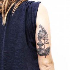 #lagerstroemiaindica   Mas conocida como la flor del árbol de Júpiter, para la hermosa de Ludmila ❤   Gracias por confiar en mi trabajo, Lu! ✨   Tengo turnos disponibles! Tatuando en #buenosaires   Consultas por privado.    #botanicaltattoo #tattooartist #flowers #belpainefilu #bttbuenosaires #inkedmag #inked #tattooart #flowertattoo #equilattera #plants #blacktattooart  #blackworkers #TAOT   #nature #botanical #garden #naturetattoo #floraltattoo #blackandgrey