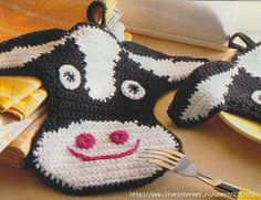 crochet cow applique pattern (i know it's a hot plate thing. but it could work :P as a big applique) Más Crochet Potholder Patterns, Crochet Dishcloths, Applique Patterns, Crochet Motif, Free Crochet, Crochet Baby, Crochet Appliques, Crochet Crafts, Crochet Projects