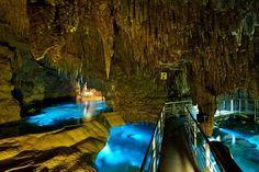 気の遠くなるような長い時間をかけて造られる、神秘の洞窟「鍾乳洞」。今回は、日本に1600カ所以上存在する鍾乳洞の中から、おすすめのスポットをご紹介します。カップルで探検もいいですね!