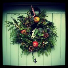 Festive wreath with door in Farrow & Ball Christmas Flowers, Christmas Music, All Things Christmas, Christmas Wreaths, Farrow And Ball Paint, Farrow Ball, Jesus Birthday, Painting Wallpaper, Painted Doors