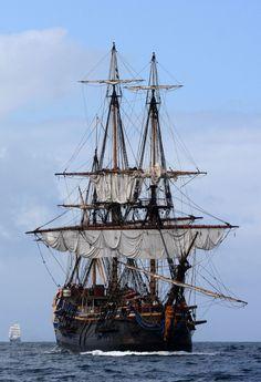 Le Götheborg est la réplique d'un navire marchand suédois du XVIII ème siècle. Il a été construit dans le port de Göteborg durant les années 1995 à 2003, suivant les plans de l'original de 1738. C'est le type des navires marchands de l'époque de la Compagnie suédoise des Indes orientales.