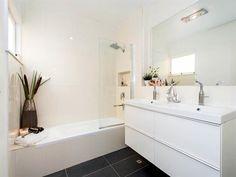 #raywhitehollandpark #realestate #realestatephotography #brisbane #bathrooms #white