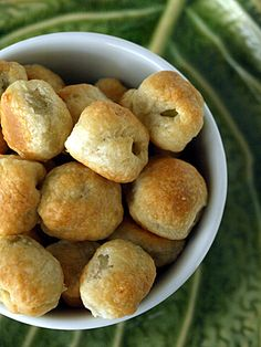 Italian Olive in parmesan crust recipe Today I do not talk too much, I promise, just a few recommendation then step to give you the. Italian Appetizers, Yummy Appetizers, Appetizer Recipes, Nibbles For Party, Great Recipes, Favorite Recipes, Italian Olives, Savoury Baking, Parmesan Crusted