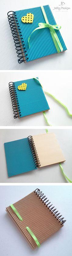 Libreta de papel corrugado y hojas de papel reciclado. Hecha a mano