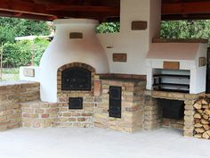 Compact outdoor kitchen with BBQ, pizza oven and traditional stove. Nice summer kitchen with stove, oven, grill - Backyard - Outdoor Kitchen Backyard Kitchen, Summer Kitchen, Outdoor Kitchen Design, Pizza Oven Outdoor, Outdoor Cooking, Barbecue Four A Pizza, Four Grill, Outdoor Living, Outdoor Decor