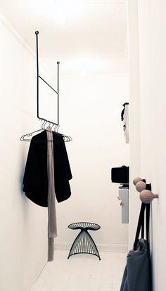 Jassen ophangen in de hal