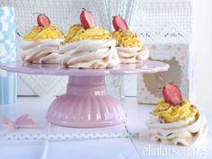Minipavlova med lemonfrosting og krokan Pavlova, Cupcakes, Kaka, Cupcake Cakes, Cup Cakes, Muffin, Cupcake