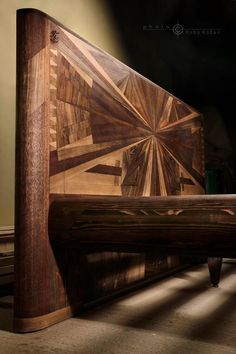 Posteľ, ktorá vydrží celé generácie.výrobca ručne robených postelí  Slavomír Polaček (45) z Popradu  , ktorý do každého kusu vkladá aj kúsok svojho srdca. Ponúka nielen originálny dizajn, ale aj doživotnú záruku na postele, ktoré vďaka ich kvalite môžete pokojne aj dediť.