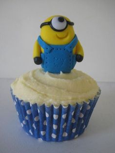 How to make a 'Dispicable Me' Minion - by Sugar Sweet Cakes @ CakesDecor.com - cake decorating website