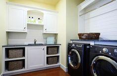 Salle de lavage traditionnelle avec panier en osier